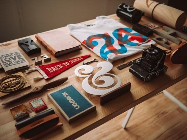 Design objecten op de tafel
