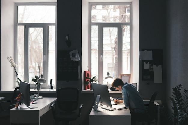 Designer aan het werk op kantoor