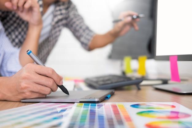 Designer editor aan het werk tekening schetst een nieuw project op grafisch tablet- en kleurenpalet
