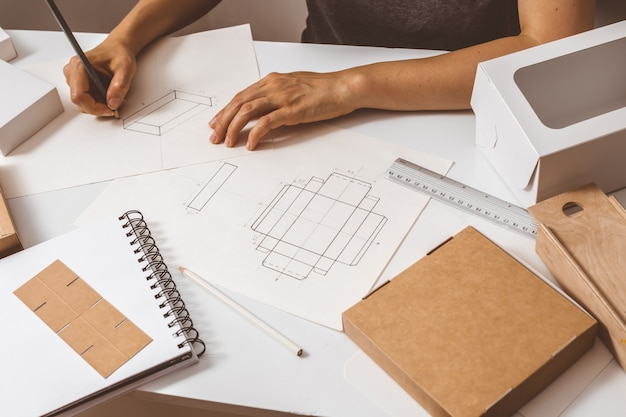 Designer tekent papieren verpakkingen