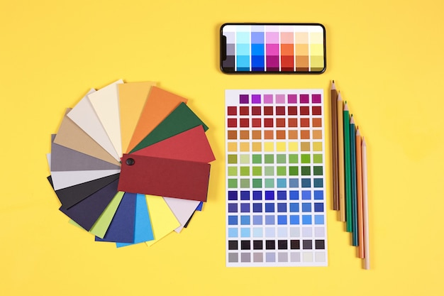 Designer workplace op geel