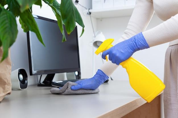 Desinfecterende computer antibacteriële spuitlap veilig thuiswerken