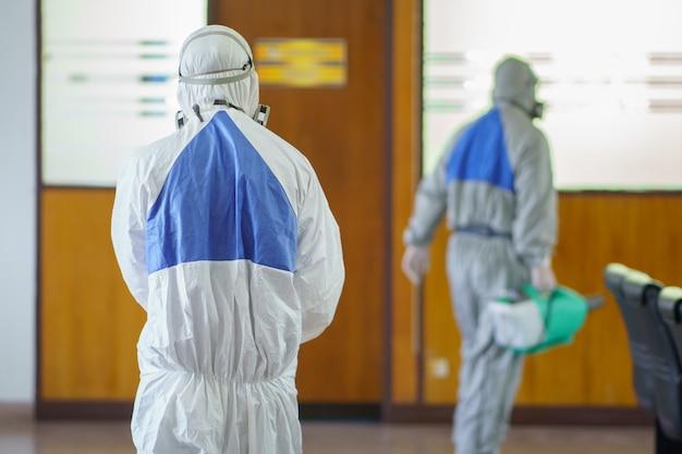 Desinfecterende sproeiers en ziektekiemen die zich hechten aan voorwerpen op het oppervlak. infectie voorkomen covid 19-virussen