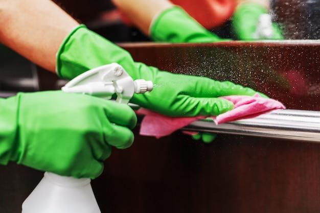 Desinfectie en hygiënische verzorging met alcoholspray op de liftknop.