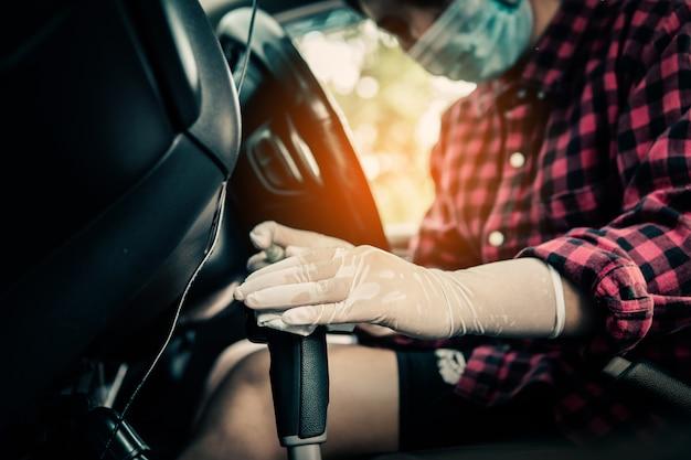 Desinfectie van auto, covid-19 coronavirus disease 2019, gezondheidszorg aan het voertuig.