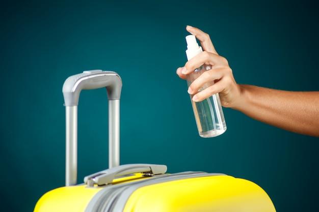 Desinfectie van bagage. reis- en coronavirus-concept.