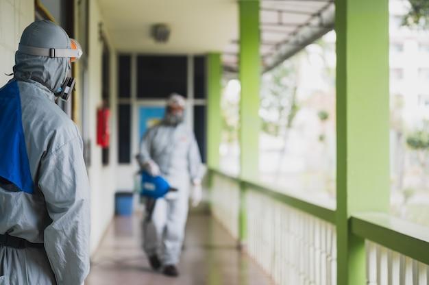 Desinfectie van kantoor om covid-19 te voorkomen