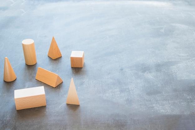 Desktop met houten geometrische vormen