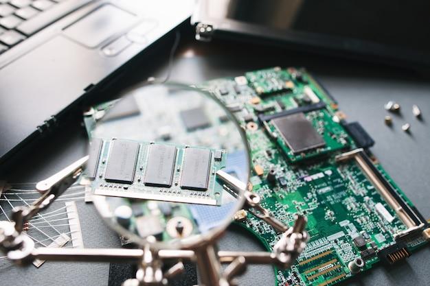 Desktop met kapotte gedemonteerde laptop.