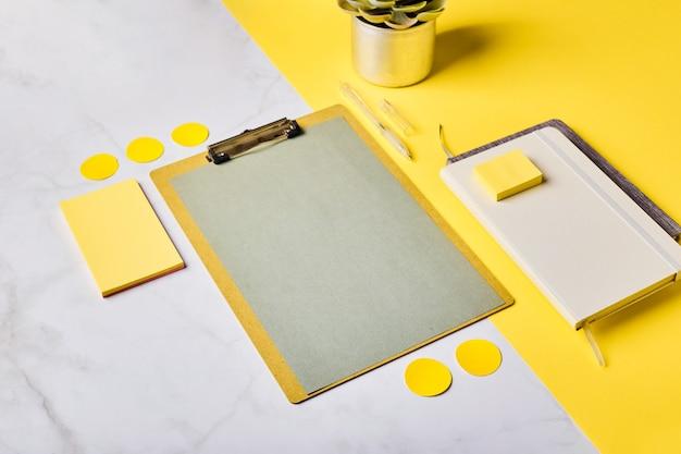 Desktop met klembordmodel en kantoorbenodigdheden. thuiskantoor, planning van het stellen van doelen.
