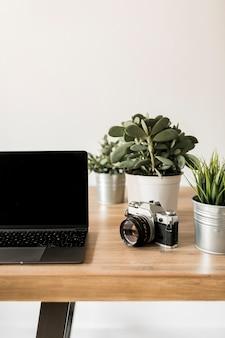 Desktop met laptop en fotocamera