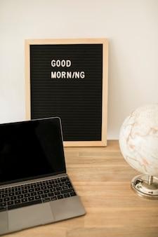 Desktop met laptop en prikbord