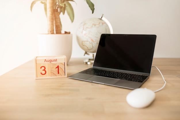 Desktop met laptop