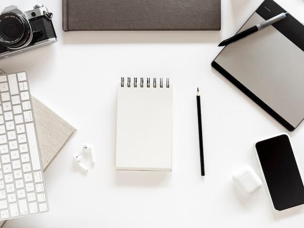 Desktop met notebook en mobiele telefoon