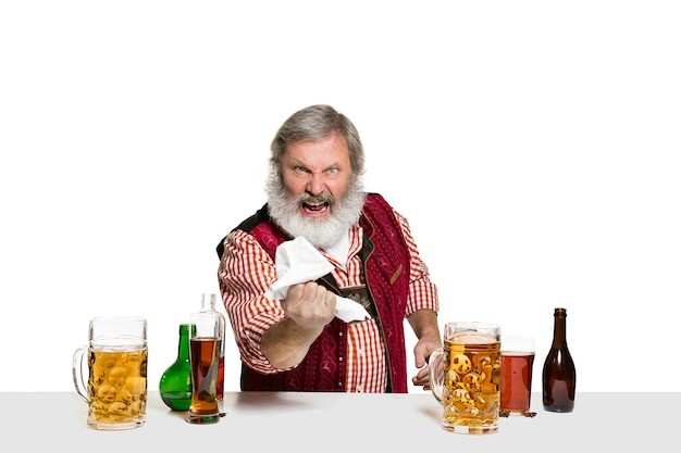 Deskundige barman met bier in studio