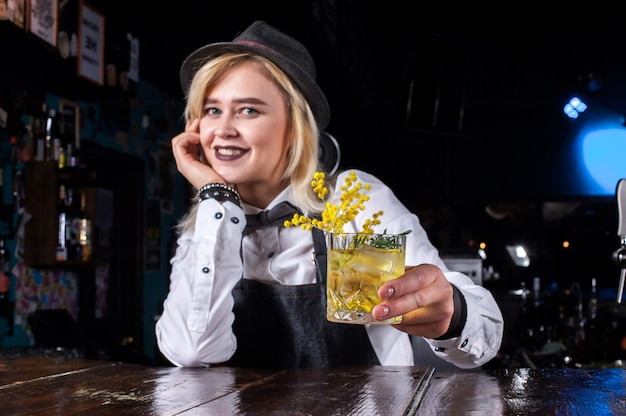 Deskundige bartending voor meisjes verrast met bezoekers van de vaardigheidsbar in de pub