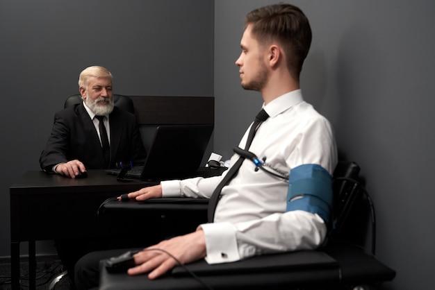 Deskundige man die vraag stelt aan patiënt op leugentest