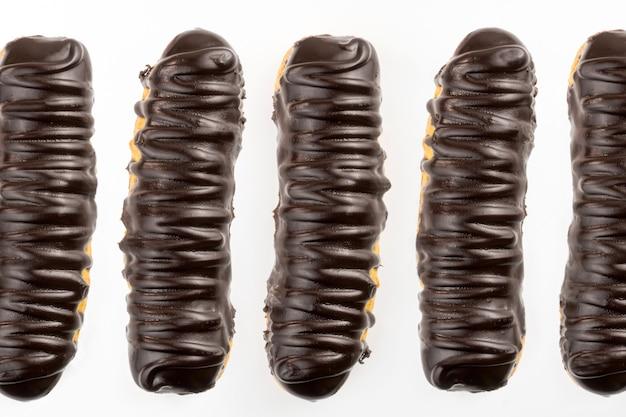 Dessert bomba de chocolade. braziliaanse traditionele clair op een witte achtergrond. selectieve aandacht. bovenaanzicht.