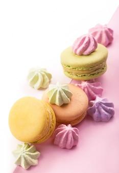 Dessert cake macaron of macaron op roze achtergrond bovenaanzicht.