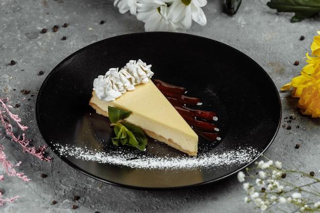 Dessert - cheesecake met bessensaus en groene munt