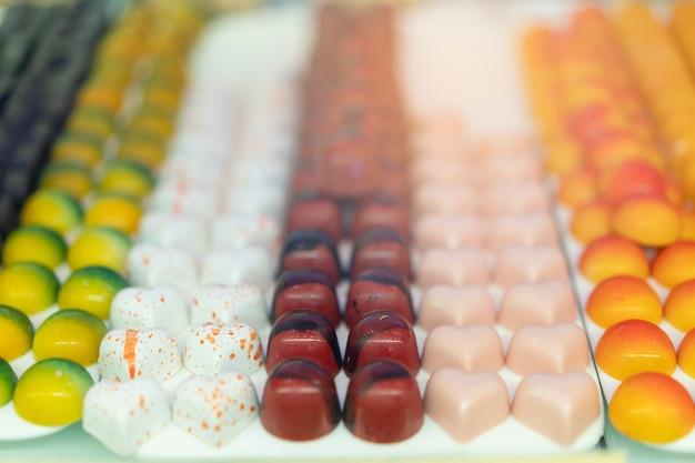 Dessert, chocolade, mooi geplaatst in de tray, klaar voor verkoop.