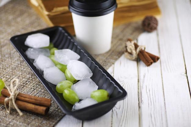 Dessert chocoladeroomijs met noten op een houten stokje