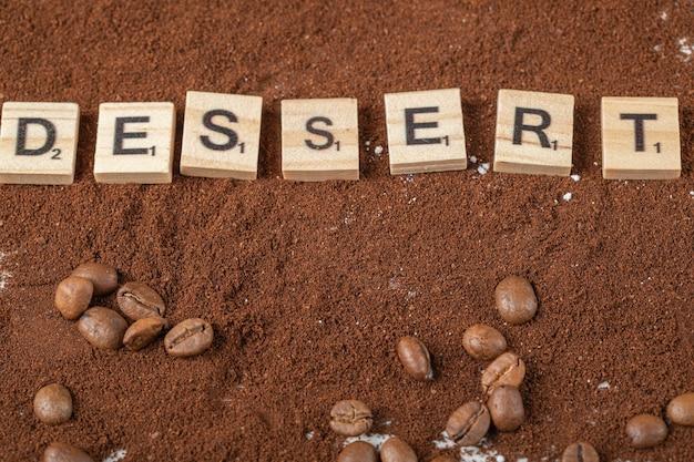 Dessert dat op het gemengde koffiepoeder schrijft.