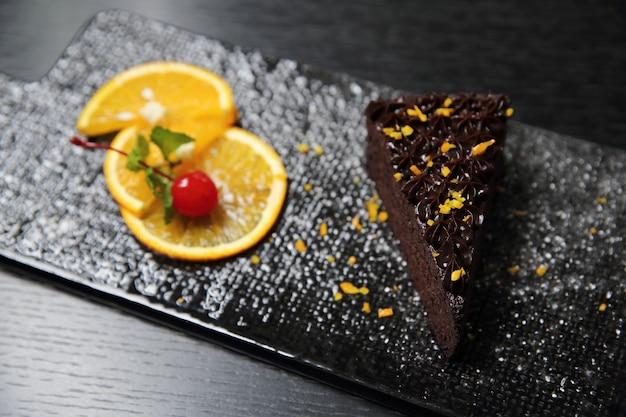 Dessert eten oranje chocoladetaart op hout achtergrond