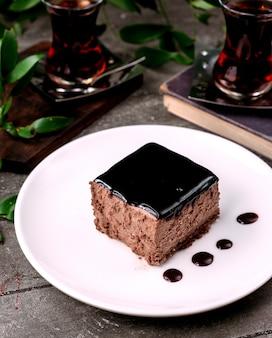 Dessert gegarneerd met chocoladesiroop