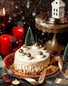 Dessert gegarneerd met crème en goudkleurige kersen