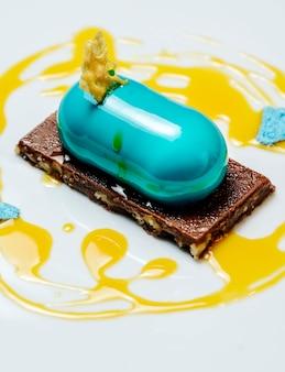 Dessert gegarneerd met siroop en chocolade