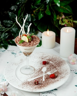 Dessert geserveerd in glas met fruit bovenop