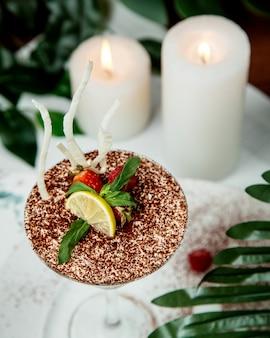 Dessert in glas gegarneerd met gesneden fruit