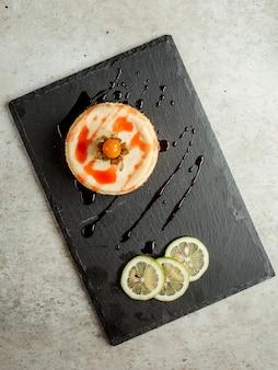 Dessert met fruitsiroop en schijfjes citroen