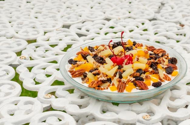 Dessert met noten op getextureerde tafel zeer kleurrijke geïsoleerde plaat