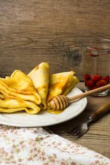 Dessert met pannenkoeken en honing