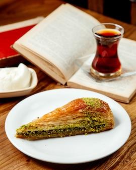 Dessert met pistache met thee
