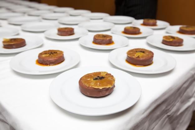 Dessert op de tafel voor diner in hotel restaurant keuken