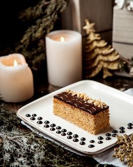 Dessert overgoten met chocoladeroom