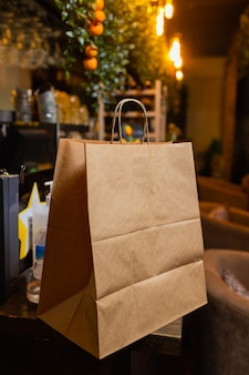 Dessert papieren zak wachten op klant op toonbank in moderne café coffeeshop eten bezorgen café rest...
