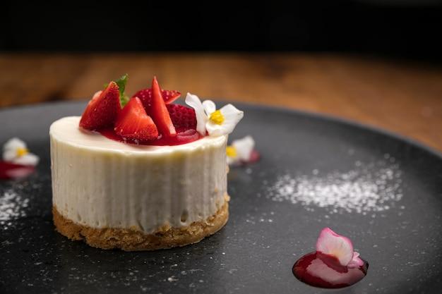 Dessert van het menu van een frans restaurant. op een houten tafel