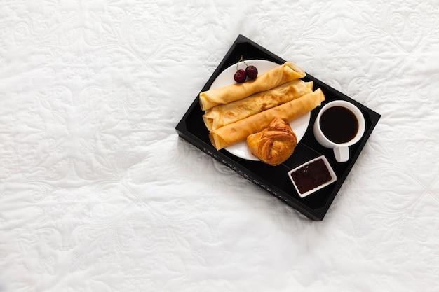 Dessert voor ontbijt op de dienblad