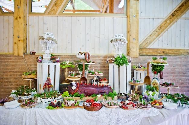 Dessertlijst van heerlijke snacks op huwelijksontvangst.