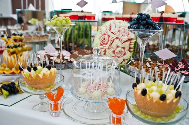 Dessertlijst van heerlijke snoepjes op huwelijksontvangst.