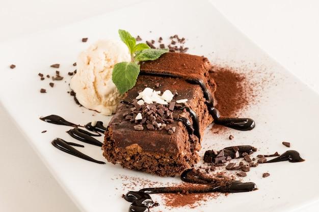 Dessertmenu van het restaurant. zoete brownie op witte plaat close-up.