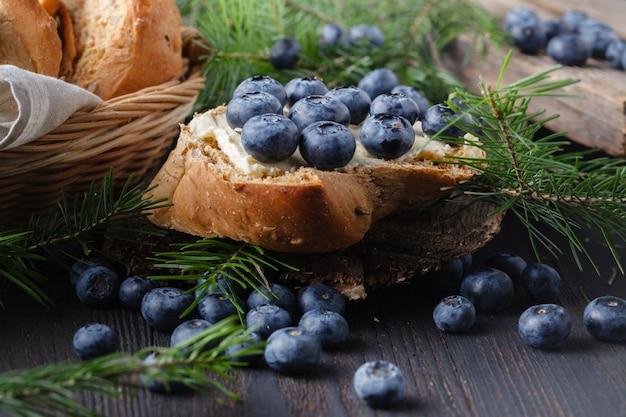 Desserts met verse bosbessen op houten tafel