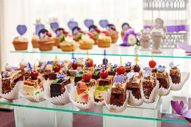 Desserts op een glazen container.