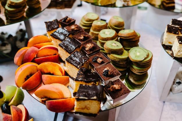 Desserttafel voor een feestje taarten, snoep, fruit en lekkers