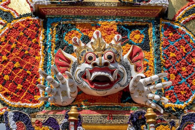 Detail bade crematietoren met traditionele balinese sculpturen van demonen en bloemen op de centrale straat in ubud, eiland bali, indonesië. voorbereid voor een aanstaande crematieceremonie. detailopname