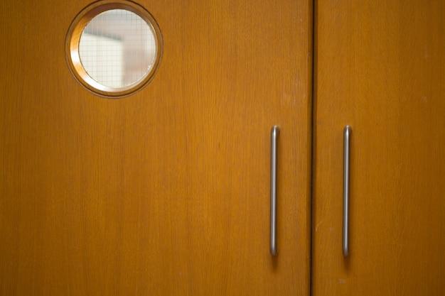 Detail dat van gesloten houten deuren is ontsproten